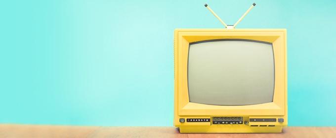 Ein gelber Fernsehbildschirm ist zu sehen.