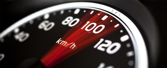 Km/h Tacho für die Geschwindigkeit als Zeichen für die Ladegeschwindigkeit einer Website