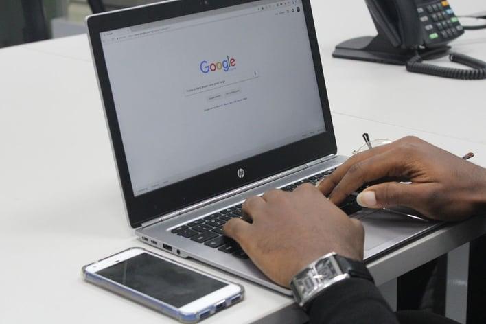 google suche auf laptop