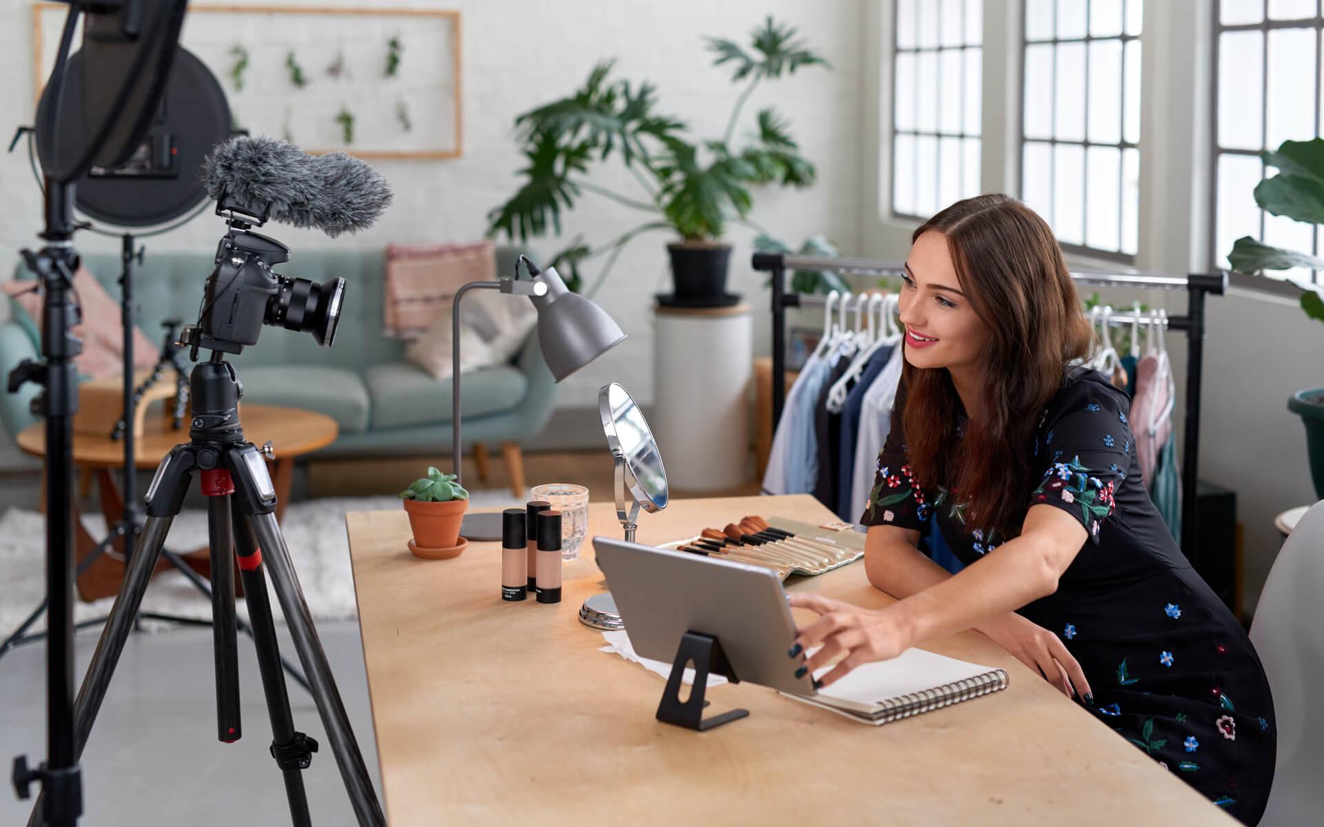 bg-influencer-marketing-woman-camera-w1920h1080