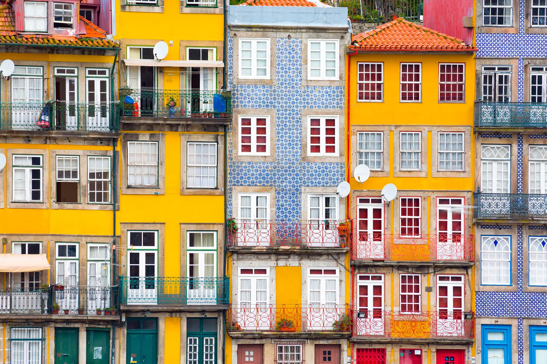 Eine bunte mediterranisch-aussehende Häuserreihe ist zu sehen.