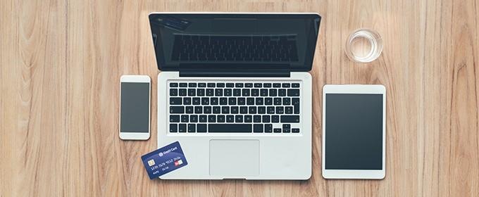 tarjeta de crédito sobre un laptop