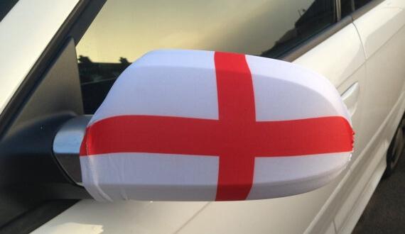 WM England Flagge an dem Seitenspiegel eines PKWs